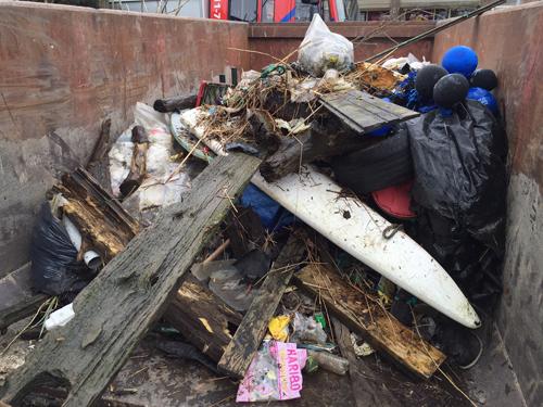 Volle containerbak met zwerfvuil en een bijzondere vondst