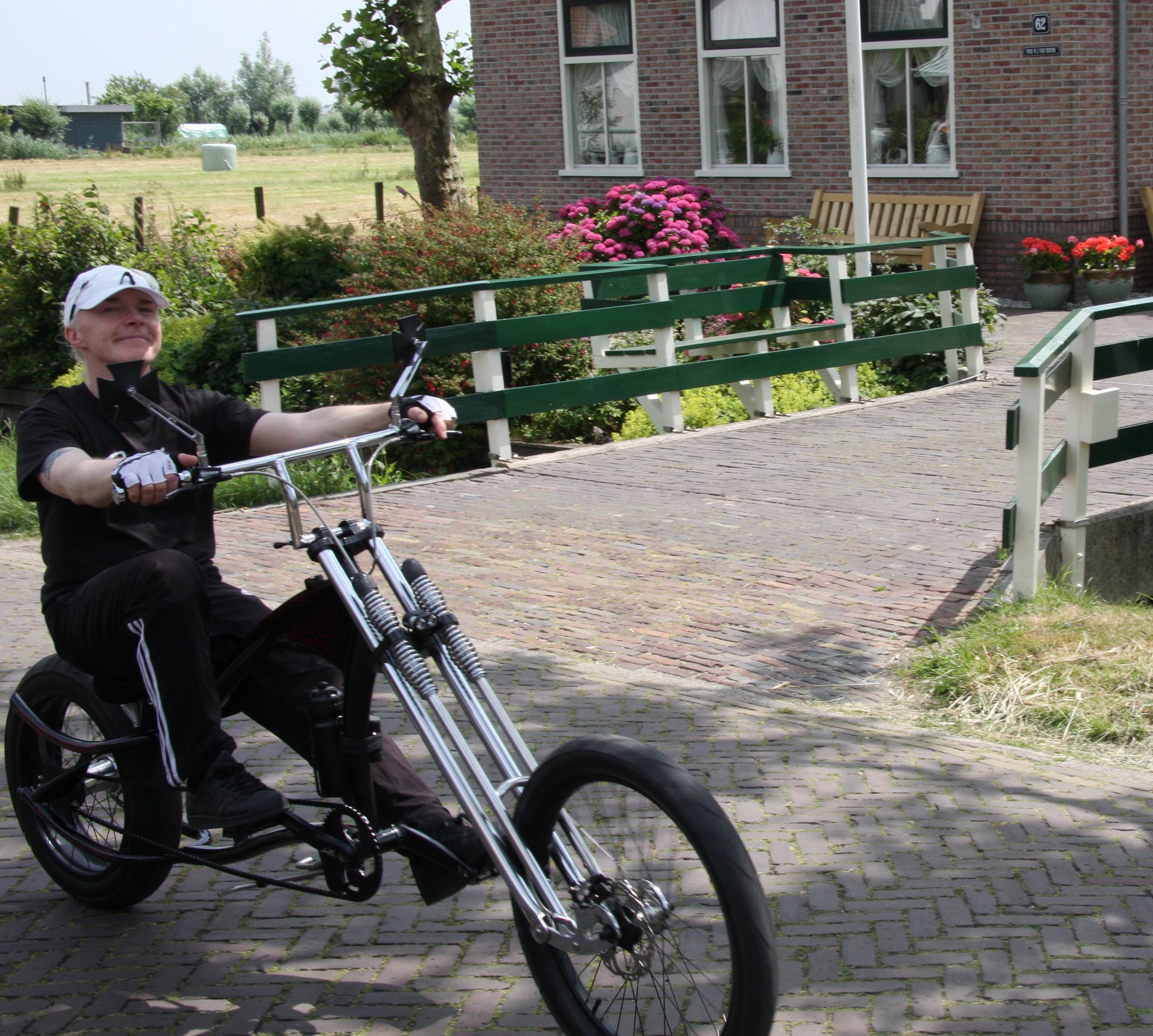 Bijzondere fietsers door het hobbelige Jisp