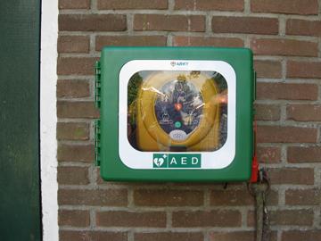 AED BIJ DE KERK IS TIJDELIJK AFWEZIG.